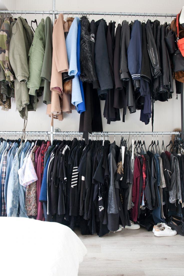 Het kledingrek gemaakt van steigerbuizen. Door in de hoogte te werken bespaar je ruimte en door je kleding op kleur te sorteren creeër je rust. nsmbl.nl