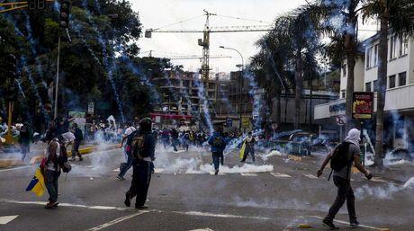 Cuando manifestantes pretendían trancar la autopista, la Guardia Nacional detonó las primeras bombas lacrimógenas en la autopista | Foto: EF...