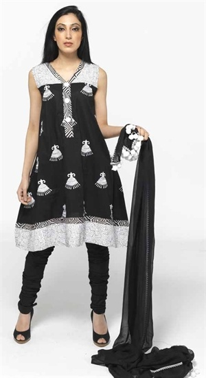 Printed black and white sleeveless shiort kameez with chuirdar.   £39.99