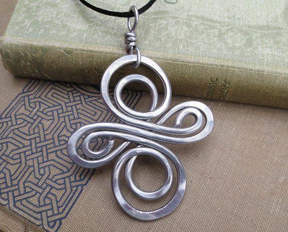 Aluminium gros noeud celtique Infinity Swirl Croix pendentif, fil d'aluminium collier - grand noeud celtique - bijoux croix celtique - unisexe
