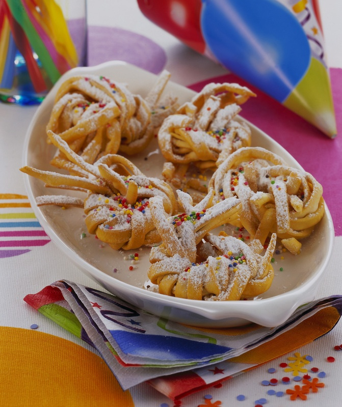 http://ricette.donnamoderna.com/var/ezflow_site/storage/images/media/images/ricette-importate/dolce-dessert/frittelle/matassine-di-tagliatelle-dolci-al-vin-santo/piatto-pronto-decorazione-carnevale/45155421-1-ita-IT/piatto-pronto-decorazione-carnevale.jpg