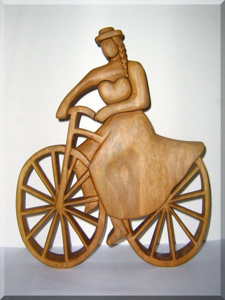 Historická cyklistka - soška ze dřeva