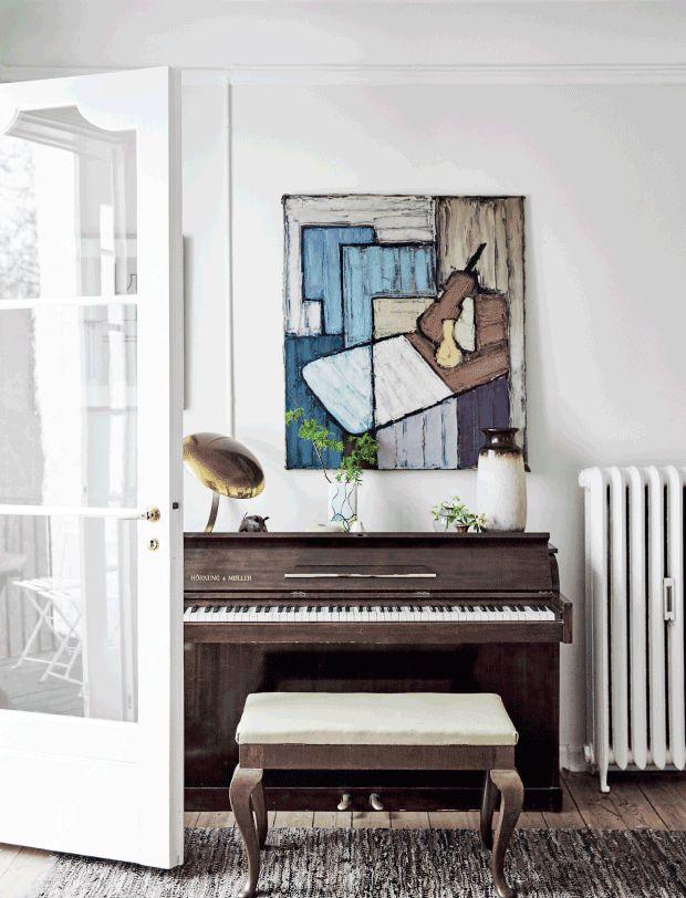 Klassisk, grafisk, smukt og højtideligt. Men også tilbagelænet, improviseret og afslappet. Ved første øjekast lyder det, som om der hersker en vis stilforvirring i den hvidkalkede villa i Nordsjælland, men Vibeke og Anders har helt styr på indretningen, hvor lyst træ og hvide, tomme rum er bandlyst, og hvor arvestykker, loppefund og rejseminder er mere end velkomne.