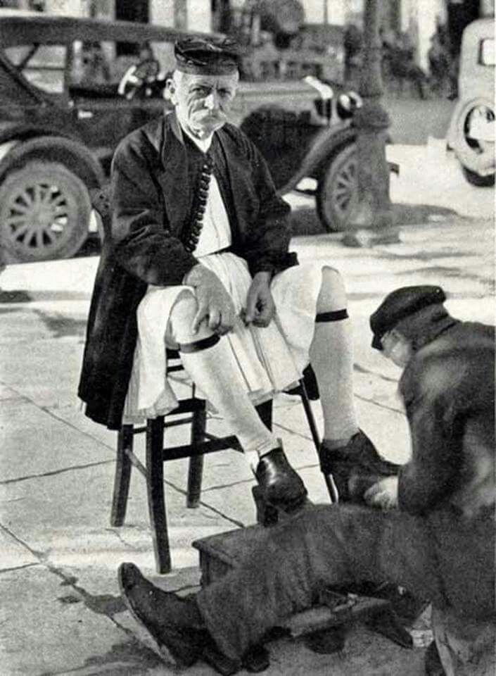 Γυάλισμα τσαρουχιών By Owen Williams, Patra, 1930
