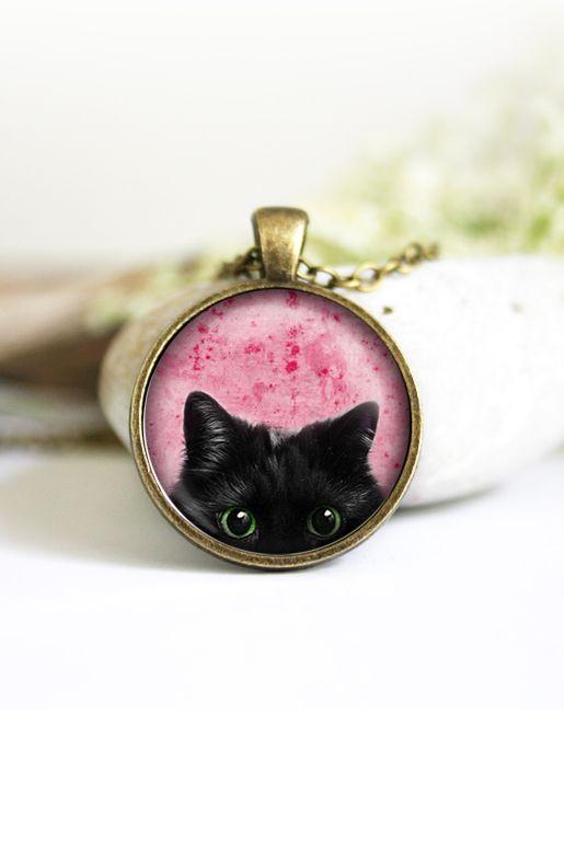 halsband med katt - Bildhalsband med katt – Rosa | Foxboheme - Ett bildhalsband med en svart katt och rosa bakgrund. Halsbandet finns i flera olika varianter. Ramen finns i ljus silver, antiksilver, brons och svart och bilden är täckt med en glaskupol.