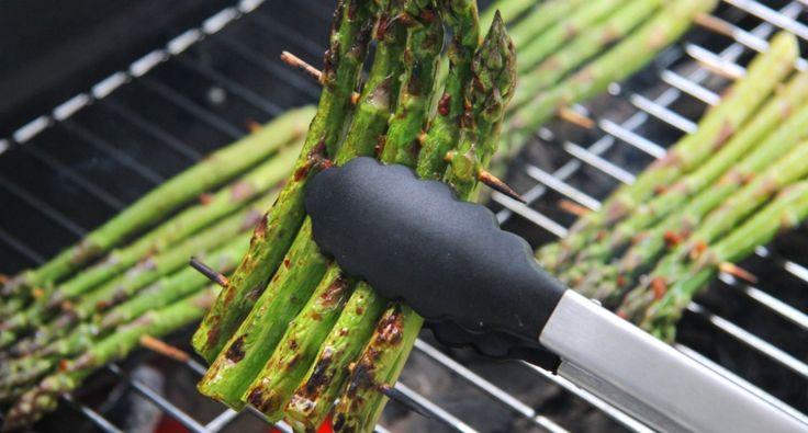 Przepis na grillowane szparagi zielone: Grillowanie szparagów zielonych jest najwspanialszym sposobem przygotowania tych warzyw. Do przygotowania szparagów istnieje wiele przepisów, ale ten jest najsmaczniejszy!:) Grillowane szparagi można jeść jako przekąskę albo jako dodatek do mięsa.