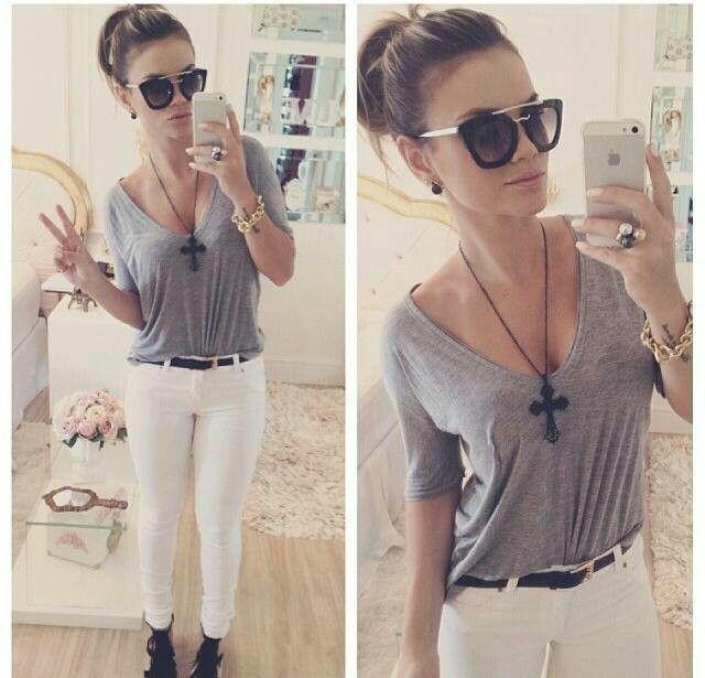 Blusa cinza e calça branca