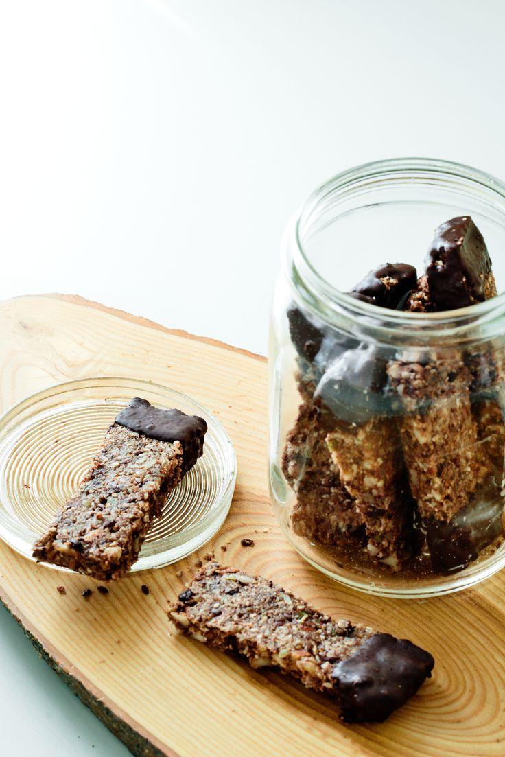 Nyttigare alternativ till alla sockerstinna bars som finns att köpa i butik. Dessa gör du själv med nötter, fröer, hälsosamt fett och riktigt mörk choklad.