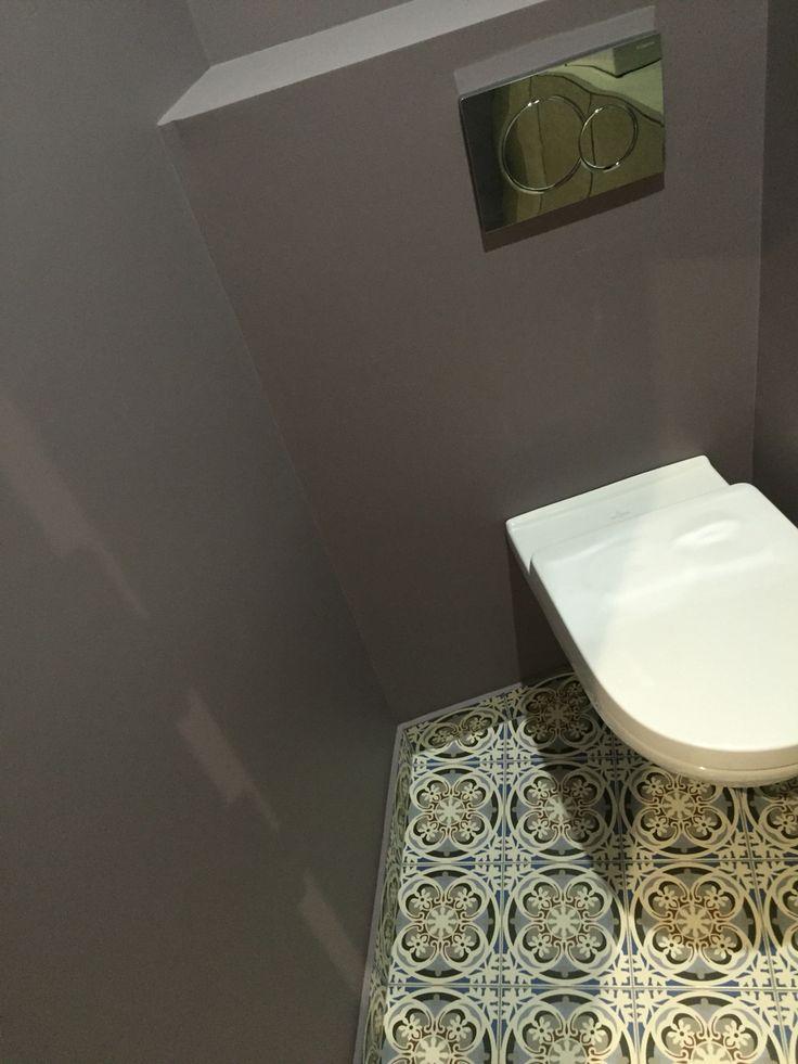 Un wc invités dans les tons parme en accord avec le sol imitation carreaux de ciment