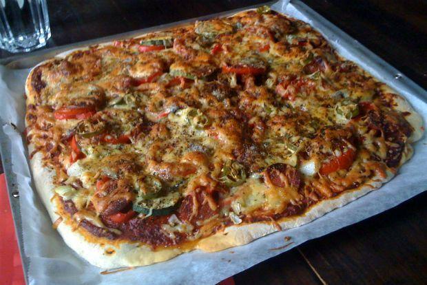 Τα εξής δύο με δελέασαν σε αυτή την πίτσα: ότι απέχει πολύ από τα λαδωμένα σπογγώδη ψωμιά των ντελίβερι - τραγανή και ελαφριά η ζύμη της - και, δεύτερον, πως δεν απαιτεί εκείνο το δίωρο της αγανάκτησης που χρειάζονται οι συνήθεις ζύμες πίτσας για να αφρατέψουν. Έτοιμη μόλις σε 40 λεπτά από τη στιγμή της πείνας.