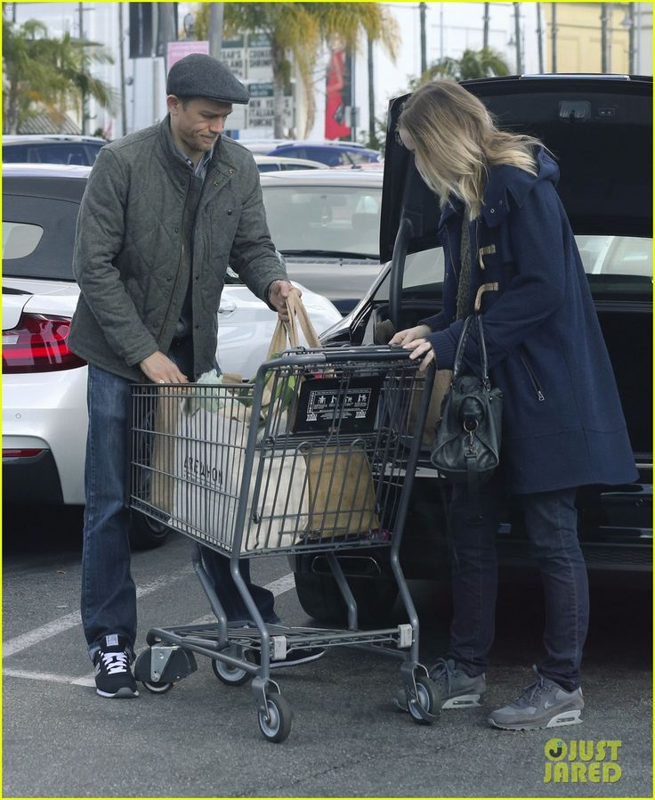 Charlie Hunnam Picks Up Last Minute Groceries on Christmas Eve: Photo 3832840 | Charlie Hunnam, Morgana McNelis Pictures | Just Jared