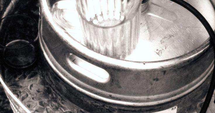 Barriles o botellas de cerveza. Si eres el anfitrión de una fiesta en la que vas a servir cerveza, seguramente te preguntes si debes comprar un barril o cerveza en botella. Para tomar esta decisión, hay varios detalles que tienes que considerar. En primer lugar, debes revisar qué tipos de cervezas están disponibles en barriles y en botellas, los diferentes precios de cada una y ...
