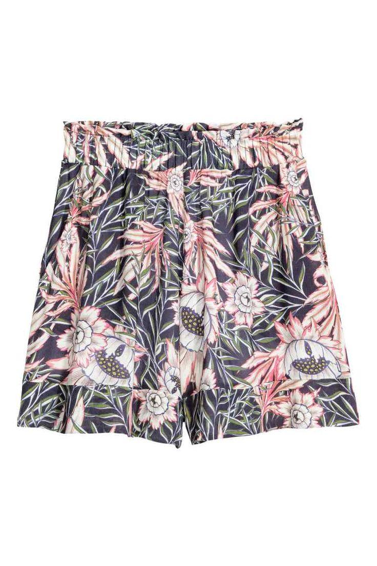 Szerokie szorty: Szerokie szorty z cienkiej kreszowanej wiskozy. Szeroka, elastyczna i wysoka talia, kryte kieszenie po bokach. Z podszewką.