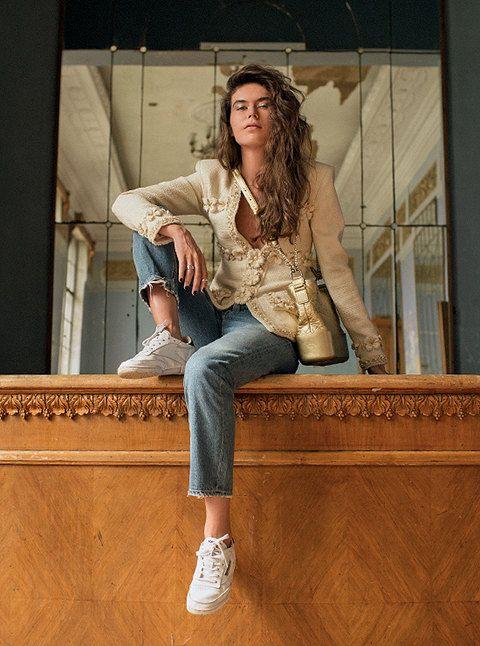 На Софии: Жакет изшерстяного твида, кожаная сумка Chanel's Gabrielle – все Métiers d'Art 2016/17 Paris Cosmopolite, Chanel; кольца избелого золота — все CoCo Crush, Chanel Fine Jewelry; джинсы, AGOLDE, ЦУМ; кеды – собственность модели.