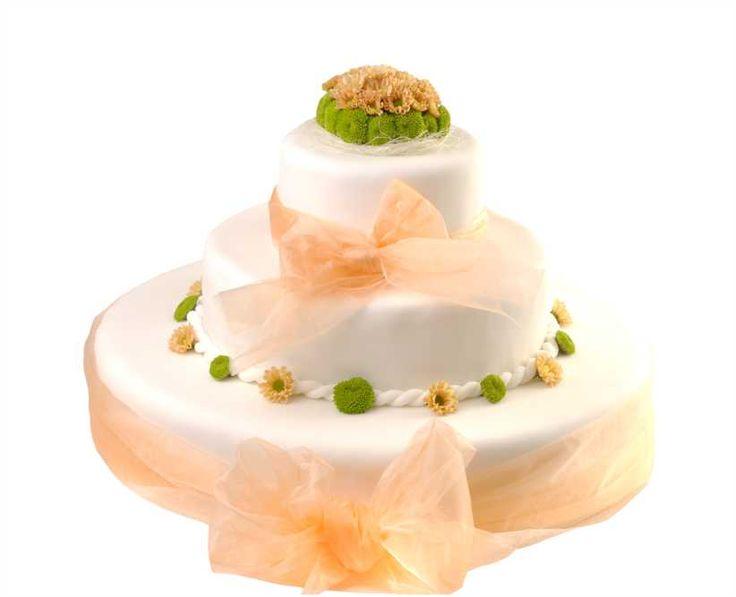Svatební dort 39 Třípatrový svatební dort, o rozměrech 18 cm, 32 cm a 52 cm, obalen fondánem, dozdoben stuhami a živými květy