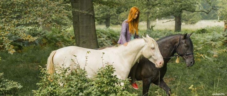 """""""Mika"""" (Hanna Binke) versteht die Sprache der Pferde"""