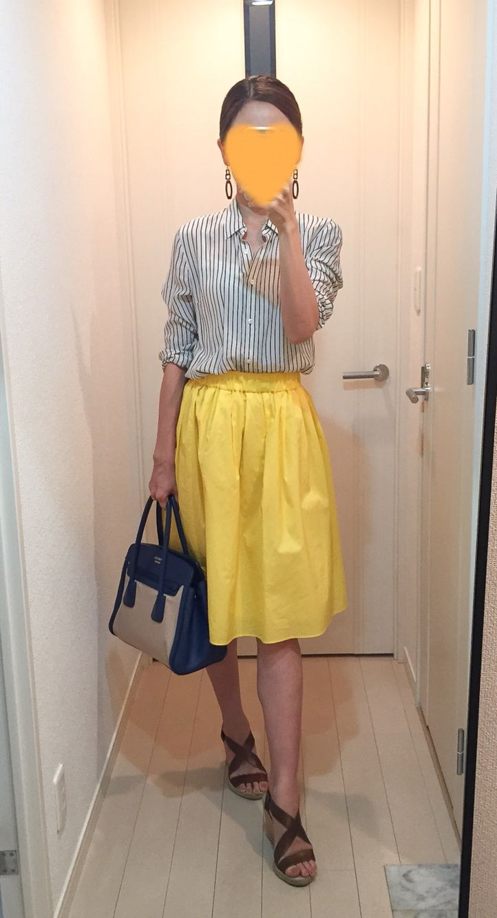 Shirt: Tomorrowland, Skirt: Nolley's, Bag: PRADA, Sandals: Casteller