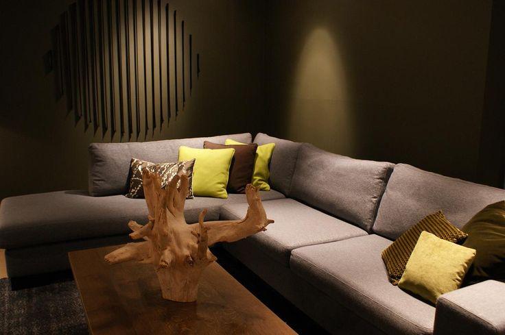 BAAN showroom Waddinxveen I De Skelta hoekbank komt mooi uit tegen de donker olijfkleurige muur l 2014