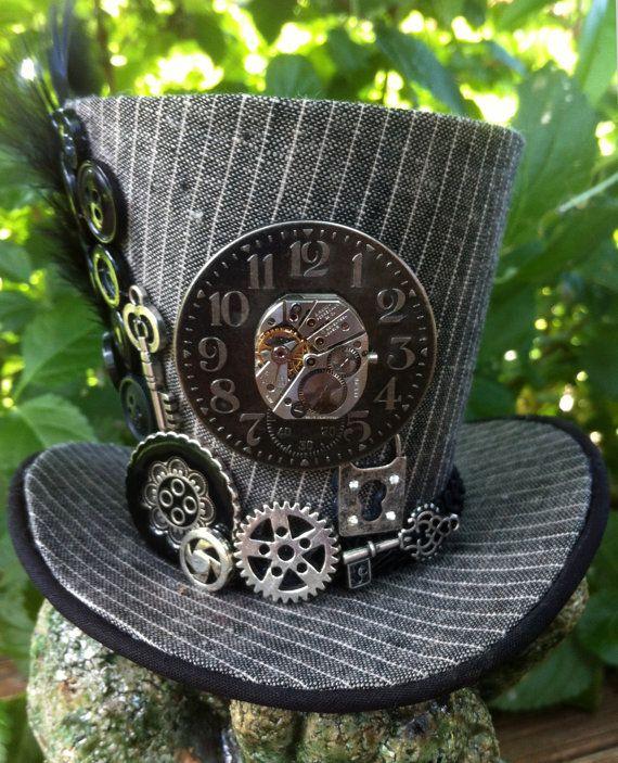 Une horloge, cadran de la montre, engrenages, clés, boutons, etc. ornent ce magnifique petit chapeau haut de forme. Une plume unique en cascade sur le côté. Prop excellente photo ou costume accessoire!! Mesure environ 4 haut et 5 de large (sans compter la plume.) Fixez-la sur un bandeau de votre choix (non inclus).  Tous mes chapeaux est faits à la main par moi. Ce nest pas un chapeau qui a été acheté à une usine que jai décorée. Cest une oeuvre OOAK. NOTE : Le chapeau sera disponible sous…