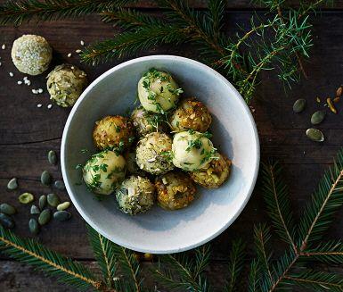 Smakrika ostbollar med cheddarost är gott på buffébordet och passar utmärkt som tilltugg till glöggen. Du kan enkelt variera smaken genom att rulla ostbollarna i olika örter, frön, nötter eller kryddblandningar.