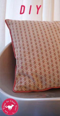 Coudre un passepoil - TUTO - Confectionnez un joli coussin passepoilé à la machine à coudre ! Une création déco tendance et une chouette idée cadeau « cousu main » facile à réaliser ✂  ✂ Découvrez notre video pas à pas sur le blog des tissus du Chien Vert
