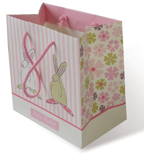 Rufus Rabbit Gavepose liten Rosa. Liten nydelig gavepose med båndhåndtak som er den perfekte prikken over i-en til babygaver. Dette er en vakker måte å gi Rufus gaver på med et stort smil!