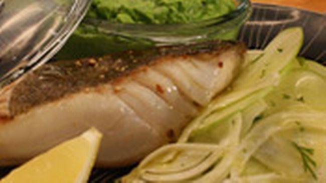 Rimmad, halstrad torskrygg med vårgrön ärtpuré, fänkål- & äppelsallad