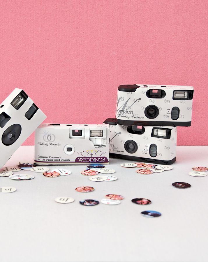 Hochzeits-Paparazzi - Hochzeitskameras werden nach wie vor gern auf der Feier verwendet. Ab drei Euro können Sie diese als Gastgeschenke ausstatten. Von kleine bis große Gäste werden bestimmt beim Fotografieren Spass haben.