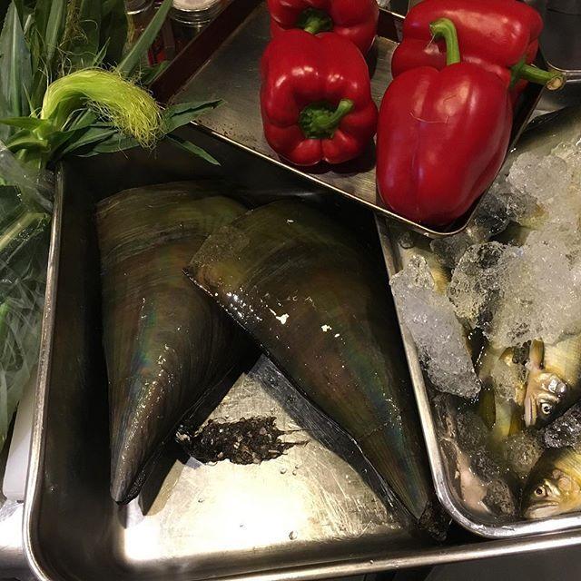 さてさて、仕込みます☻ 赤ピーマンはムースに。鮎はコンフィに、平貝は貝柱と白身を合わせてサラダ仕立てに、皮付きのヤングコーンはそのまま焼いて、と。 本日、お席がわずかとなっております。 ご予約を頂いておりますお客様、お足もとが悪くなっておりますのでお気を付けてご来店下さいね。 #ビストロボワットブランシュ #ボワットブランシュ #ビストロ #名古屋市北区 #平安通#大曽根 #カジュアルフレンチ #居酒屋 #肉 #ブイヤベース#テリーヌ#チーズ #ワイン🍷 #酒#ガージェリー#happyhour#ハッピーアワー#昼飲み#昼飲みサイコー!#インスタようやくわかってきた #本日もよろしくお願いします  ビール飲みたい(´-`).。oO