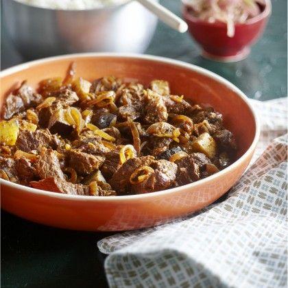Verwarm de oven voor op 150°C. Verwarm het bakproduct in een zware ovenbestendige pan. Schud de blokjes vlees om met bloem en bak ze in porties om en om bruin. Neem al het vlees uit de pan en fruit de uienringen in het overgebleven bakvet. Voeg de currypasta toe en roerbak een paar minuten op een lage stand. Doe al het vlees weer terug in de pan en roer alles goed om. Voeg genoeg water toe tot het vlees net onder staat. Breng al roerend aan de kook en zet de pan goed afgedekt in de oven…