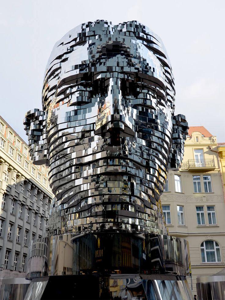 Busto de Franz Kafka. 2014. Aço e espelhos. Arte cinética. David Cerny. Encontra-se no Centro Comercial de Praga, República Tcheca. O busto espelhado tem 42 camadas acionadas independentemente em aço inoxidável e pesa cerca de 45 toneladas.  http://www.ideagrid.com.br/arte/instalacao/busto-de-arte-cinetica
