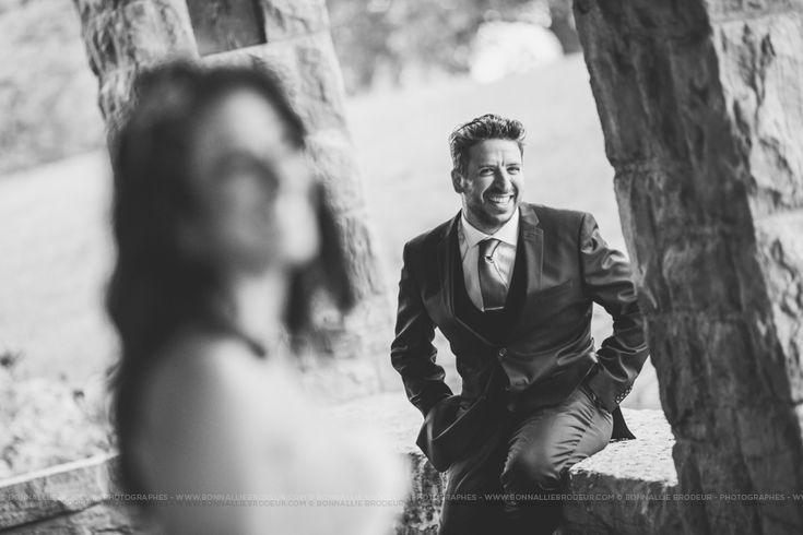 Habit marié avec sourire  Mariage haut de gamme au Belvédère à Montréal / Fine Art Wedding photographer à  Montréal et International - Bonnallie Brodeur #bonnalliebrodeur #photographe #mariage #wedding