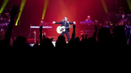 Review: Pop icon Neil Diamond still delivers in Tampa concert