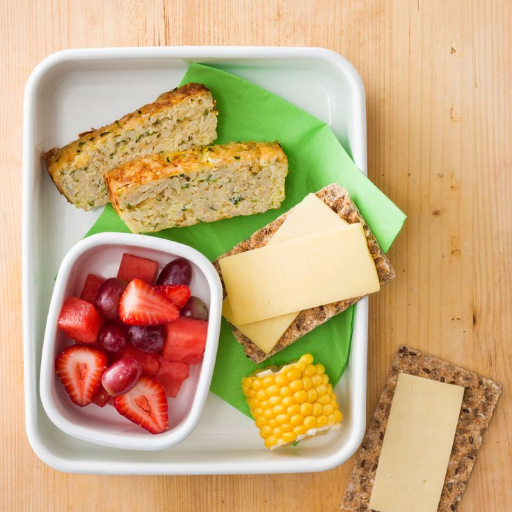 How to pack the perfect lunchbox for your kids - Egg Slice + Snacks #Egg #Slice #Snack #Lunch #Lunchobx #LunchboxIdeas #KidsLunch #FreshFoodKids
