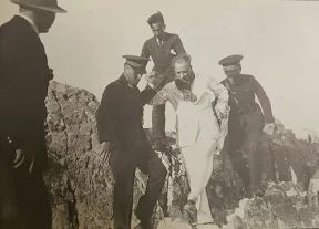 Kelimelerin yetersiz kaldığı bir an, beyaz elbisesiyle karizmasının tavan yaptığı bir fotoğraf...'Atatürk hasta, yatağından kalkacak durumda değildir' dedikoduları, Akdeniz'den 'Bizim Deniz' diye bahseden Mussolini ve Hatay'ın anavatana katılması için yürütülen diplomatik savaşalar...Türk'ün tek Başkomutanı durur mu? Adeta tüm dünyaya meydan okurcasına 'Buradayım, milletimin ve ordumun başındayım' diyor...1922'de Kocatepe'den yedi düvele meydan okuyan Büyük Paşa, bu kez 1938'de, ebediyete