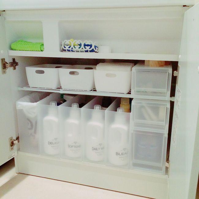 洗面台下の収納  無印とセリアで揃えたらサイズぴったりで気持ちいいです  下の1番左はゴミ箱。昔からゴミ箱はずっと洗面台の下です。  洗面台や鏡を使ったらすぐ拭けるように扉開けたところにタオルを。  朝の支度が終わったらついでに白いボックスに入れているメラミンスポンジで掃除してしまいます✨  メラミンスポンジ大好き❤️  ボトルが詰め替えなのは以前見せる収納に憧れていた時の名残。。。 結局またしまってしまいました