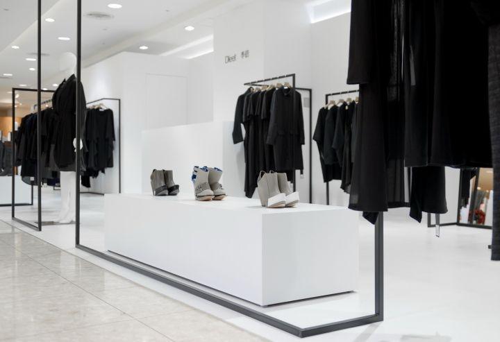 Витрина обуви в интерьере бутика одежды