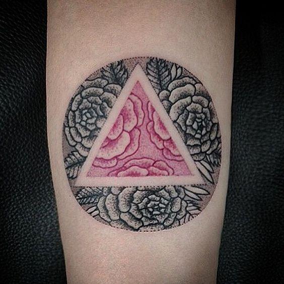 Incantevoli tatuaggi con fiori e forme geometriche