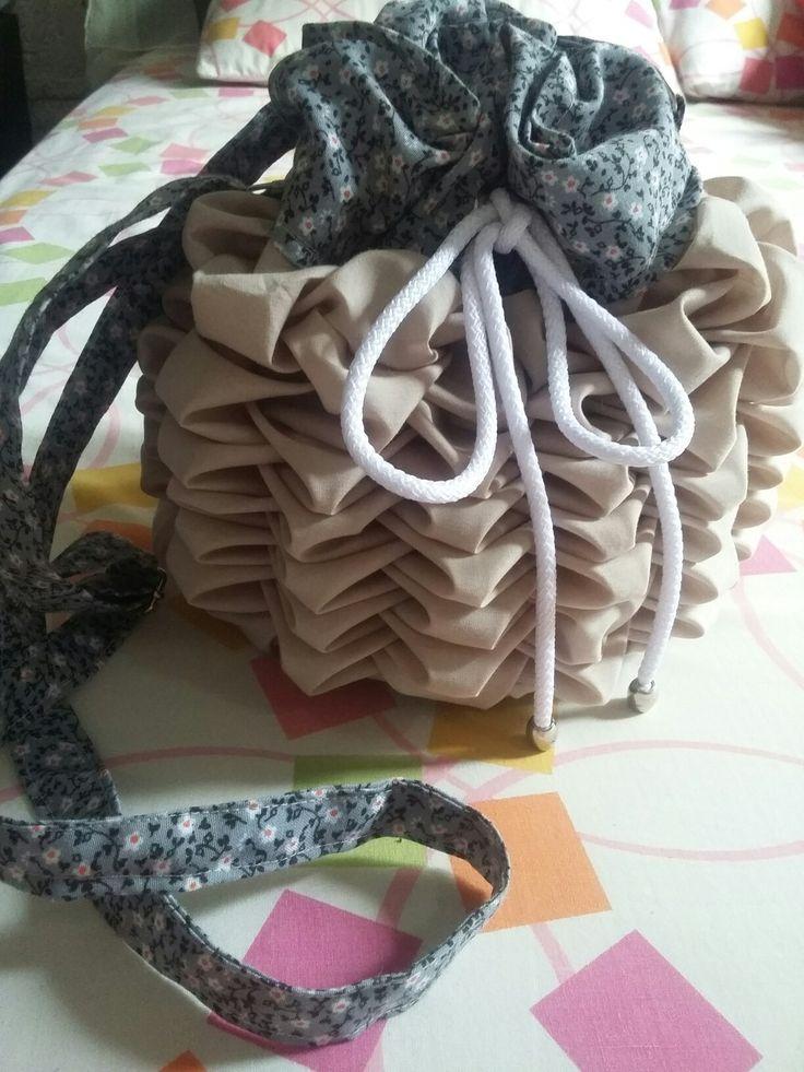 Linda mochila en tejido capitoné en color beige oscuro y gris estampado con flores