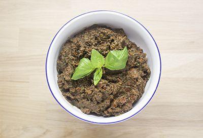 tapenade de aceituna negra, tomate seco, albahaca y anchoa
