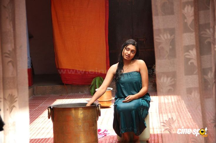 sija rose | Sija Rose hot cleavage show photos from Kozhi Koovuthu Movie