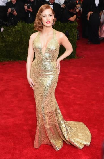 Jessica Chastain pulling off a classic hollywood glamour look. ♥ See more celebrity trivia at www.celebritysize... ♥ #celebritysizes