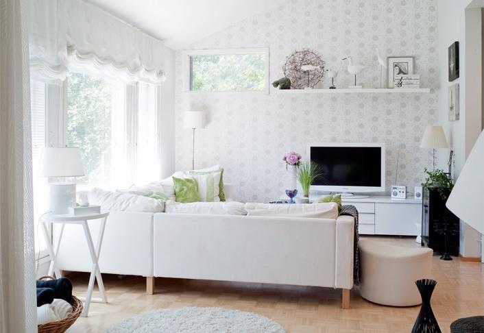 Avoin ja valoisa olohuone on perheen mukava kokoontumispaikka. Iso valkoinen kulmasohva on Ikeasta ja pikkupöytä Ribbonista Loimaalta. | Rennosti rinteessä | Koti ja keittiö | Riitta Kivilahti | Kuva Jeppe Tuomainen
