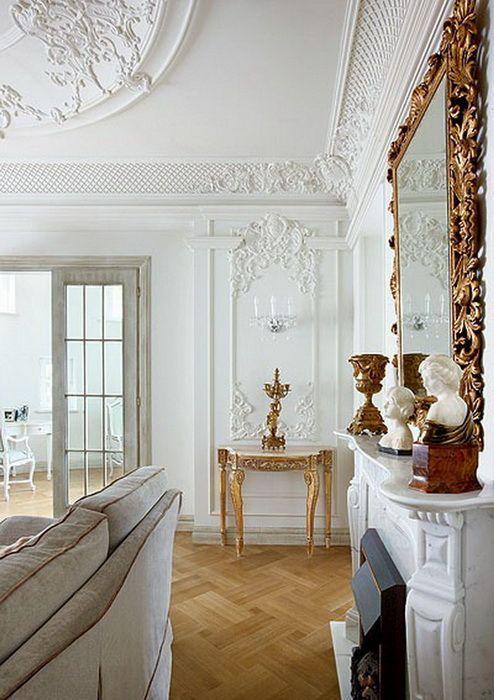 Французские интерьеры: 80 роскошных идей для аристократов и просто ценителей прекрасного http://happymodern.ru/francuzskie-interery/ Фарфоровые статуэтки на камине возле большого зеркала