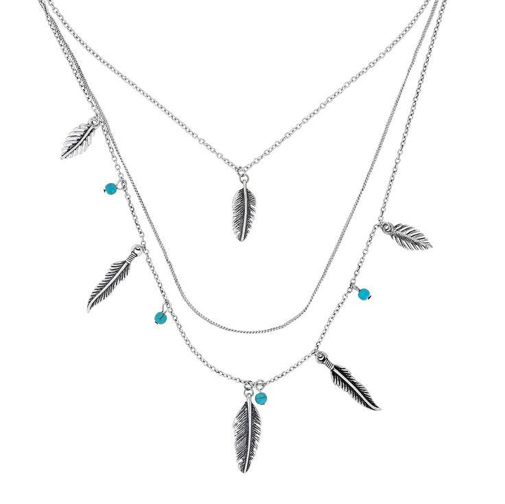 Eine dreisträngige, silberfarbene Kette mit niedlichen Anhängern im Western Stil. Antikfarbene Federn, zusammen mit kleinen Magnesit Perlen zieren diese Kette und verteilen sich auf die unterschiedlichen Längen. Kombiniert zu einer...