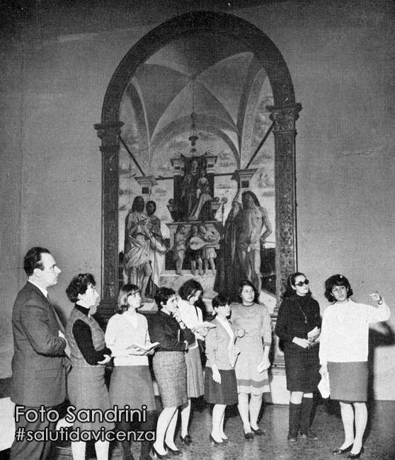 Esercitazione di una giovane guida turistica al Museo Chiericati, Vicenza. Foto dei primi anni sessanta.
