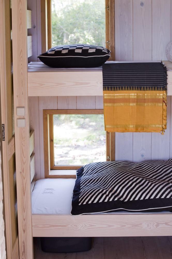 Hytta. ROM MED UTSIKT: I det lille soverommet med køyesenger er det ett vindu til hver seng, så man kan ligge og nyte utsikten. Alle tekstilene er fra Afrika. Innvendig kledning er hvitlasert furu.