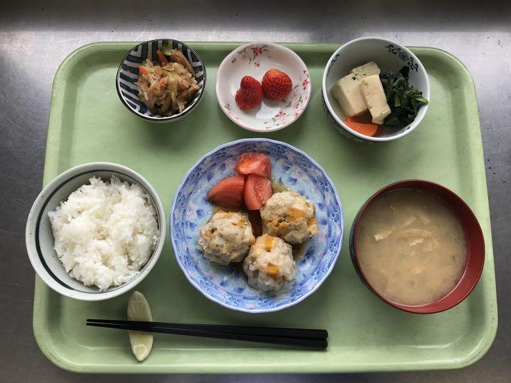 1月4日。かぼちゃのシュウマイ、高野豆腐の含め煮、もやしの中華和え、玉ねぎと揚げの味噌汁、いちごでした!高野豆腐の含め煮が特に美味しかったです!630カロリーです
