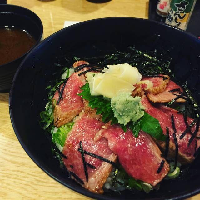 京都中央卸売市場スグ。いろんな友人からいい!いい!とウワサには聞いてた寿司、海鮮料理のお店。ちょうどランチ時に通りかかり、行ってきました。