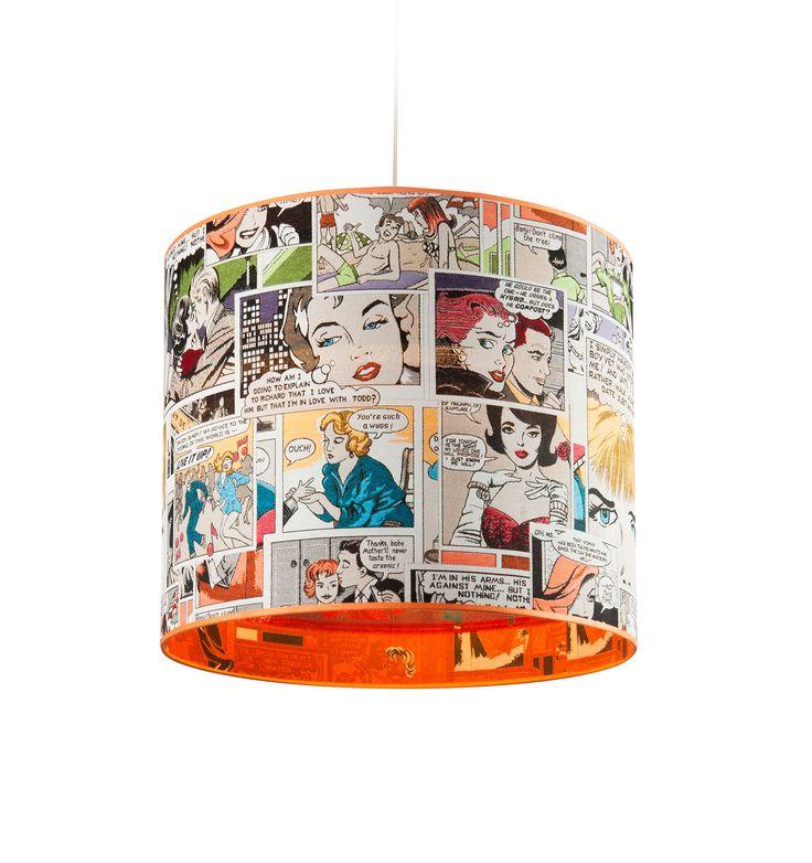 Závěsný lustr s komiksovým příběhem přímo na stínidle